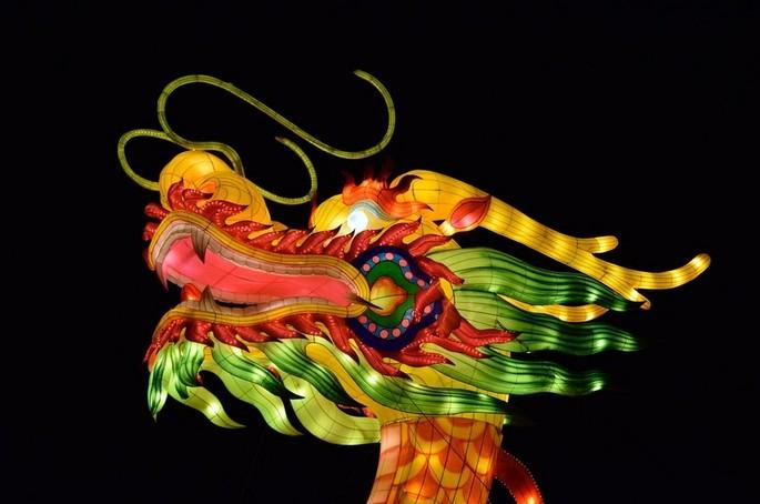 Парады драконов на склонах Maneggio в Лимоне-Пьемонте в честь празднования китайского Нового года