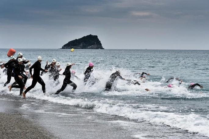 Nolis In3pid Triathlon: das spektakuläre Rennen in einer herrlichen Ecke der ligurischen Riviera